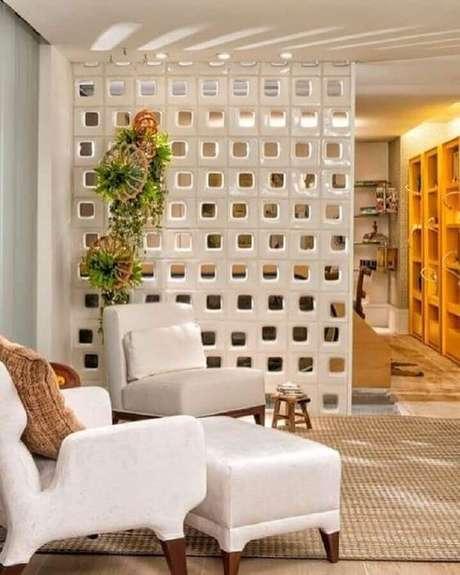 28. Decoração com parede de cobogó branco para divisão de salas – Foto: Pinterest