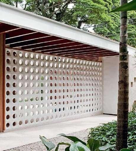 29. Decoração para área externa com parede de cobogó branco – Foto: Mauricio Gebara Arquitetura