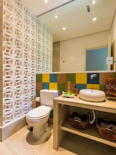 30. Decoração de banheiro com divisória de cobogó de concreto e azulejo colorido – Foto: Pinterest