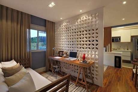 31. A parede feita de cobogó é perfeita para dividir e decorar ambientes integrados – Foto: MdeMulher