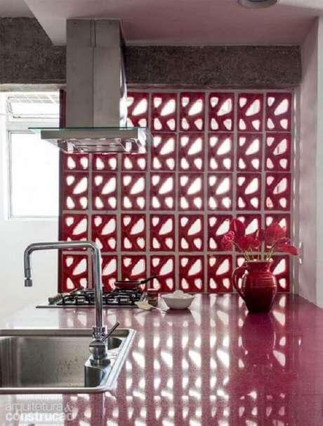 32. O cobogó é uma excelente opção para dividir ambientes e ainda incrementar a decoração – Foto: Papo de Design