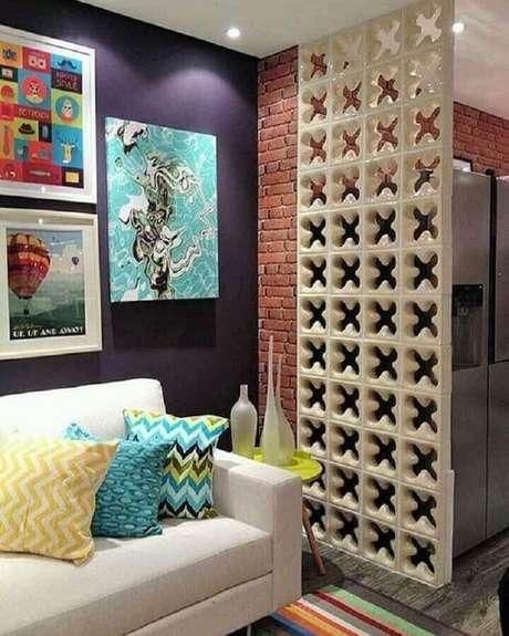 36. Cobogó utilizado como divisória para sala de estar e cozinha pequena com parede de tijolinho – Foto: Pinterest