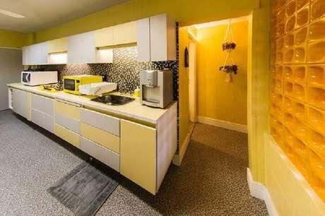 38. Decoração para cozinha amarela com parede de cobogó cerâmico – Foto: Malu Junqueira