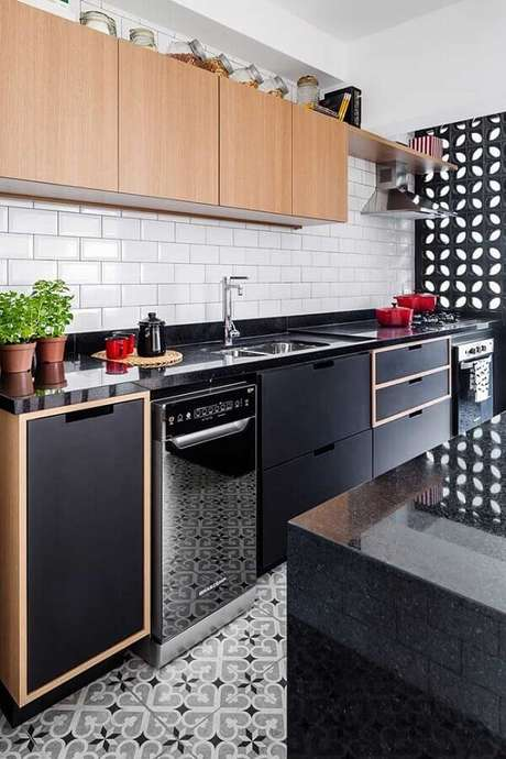 39. Decoração para cozinha planejada com armário aéreo de madeira, bancada preta, subway tile e parede de cobogó preto – Foto: Marcela Madureira