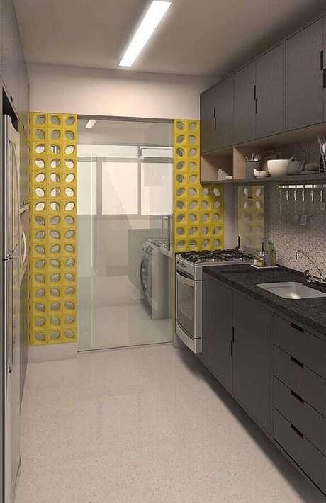 41. A divisória de cobogó amarelo para a lavanderia com cozinha integrada deu mais alegre ao ambiente todo cinza – Foto:SoDecor