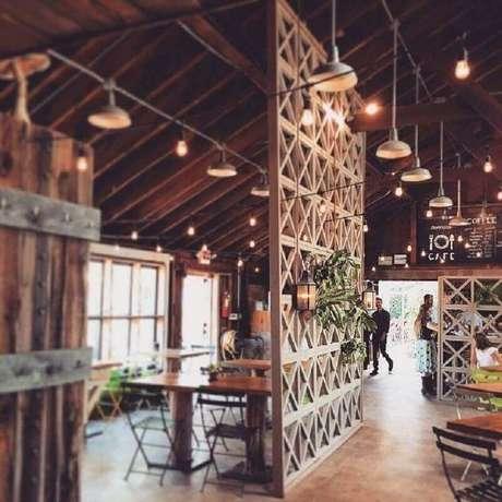 44. Decoração rústica com divisória de madeira – Foto: Stephanie Bradshaw