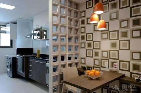 46. Decoração simples para sala de jantar com cozinha integrada separadas com divisória de cobogó – Foto: Vitral Arquitetura