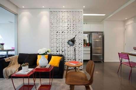 47. Utilizar cobogós é uma ótima maneira de integrar ambientes e aproveitar ao máximo a iluminação – Foto: Blog da Arquiteta