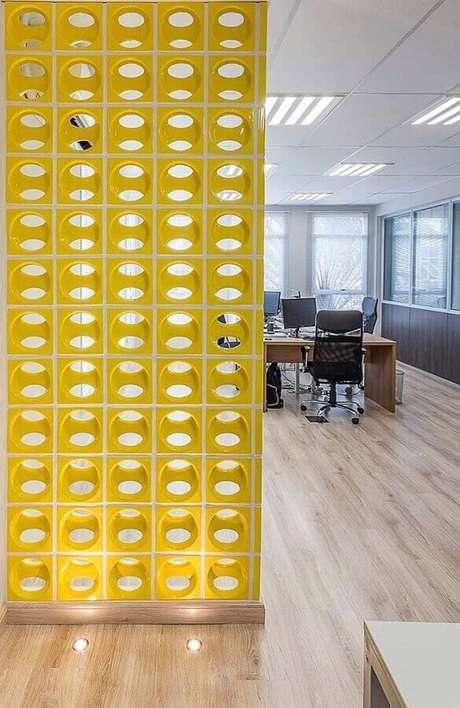 48. A cor a mais no ambiente pode ser acrescentado através de uma divisória cobogó – Foto: Viviana Reis Design de Interiores