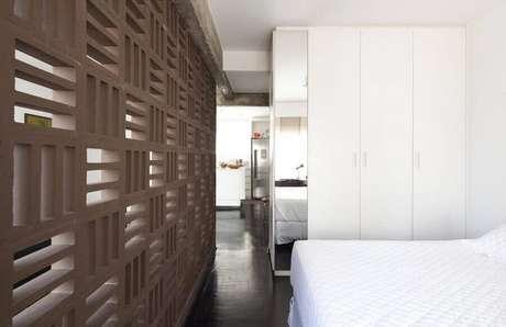 9. O cobogó é uma ótima maneira de dividir lofts e studios sem perder a luminosidade – Foto: Filipe Ramos