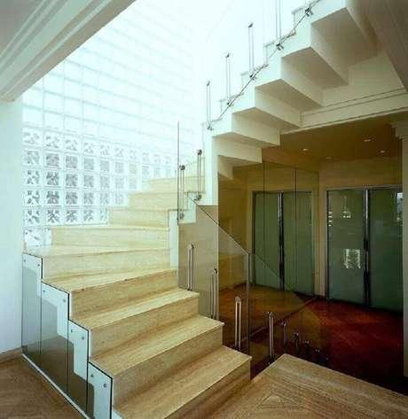 49. Decoração para escada com guarda corpo e guarda corpo de vidro – Foto: Brunete Fraccaroli.