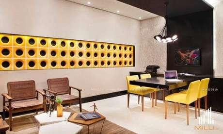 50. Decoração para escritório moderno com detalhe em cobogó cerâmico amarelo na parede – Foto: Pinterest