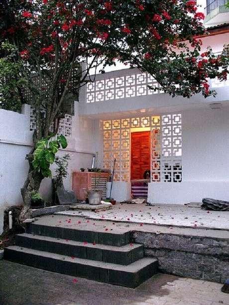 51. Fachada de casa decorada com cobogó de concreto pintado de branco – Foto: Zouk Architects