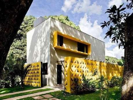 7. Fachada moderna com muro de cobogó amarelo – Foto: Ney Lima