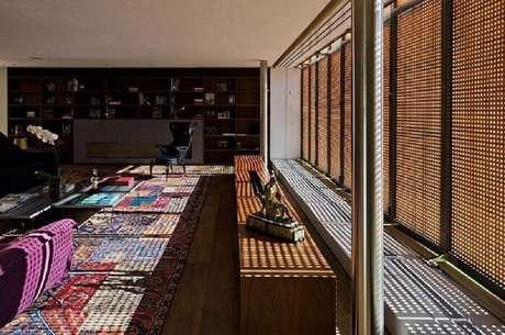 54. A parede de cobogó ajuda na decoração dos ambientes e ainda projeta images nos chão – Foto: Studio MK27