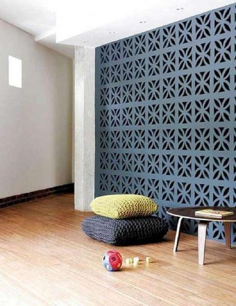 57. Ambiente decorado com almofadas de crochê e parede de cobogó azul – Foto: Pinterest