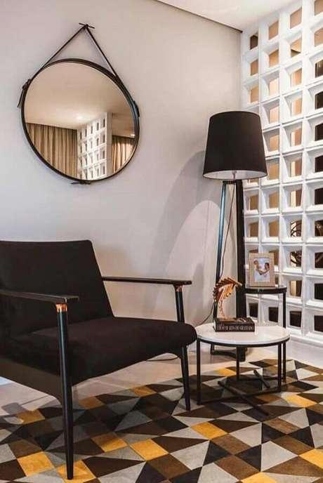 58. Modelo simples de cobogó branco para sala decorada com espelho redondo e piso estampado – Foto: Neu dekoration stile