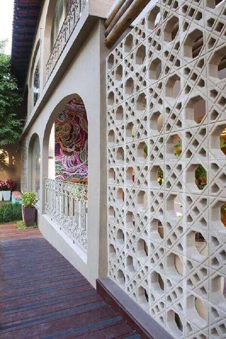 60. O cobogó de concreto é garantia de uma fachada de casa muito bonito – Foto: Paola Bassani Louzada