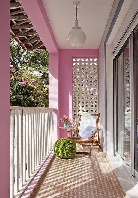 61. Varanda decorada com parede de cobogó branco e puff verde de crochê – Foto: Viviana Reis Design de Interiores