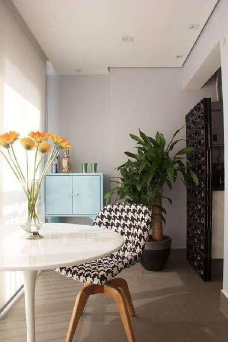62. Varanda decorada com divisória de cobogó preto – Foto: Anna Paula Moraes