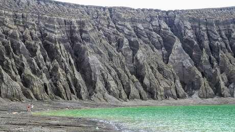 A erosão causada pela chuva esculpiu as falésias ao redor da cratera