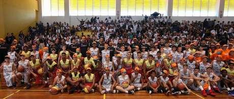 Jogadores do NBB com alunos da cidade de França, sede do Jogo das Estrelas 2019.