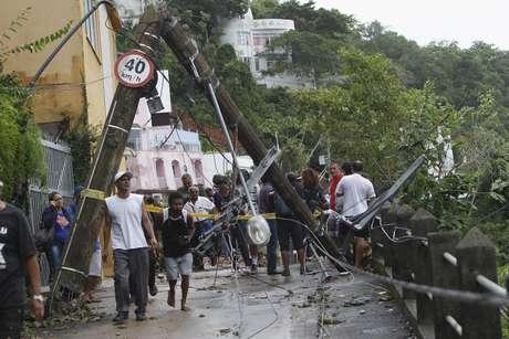Forte chuva na noite de quarta-feira (6) causou deslizamentos, apagões e alagamentos em algumas vias da cidade