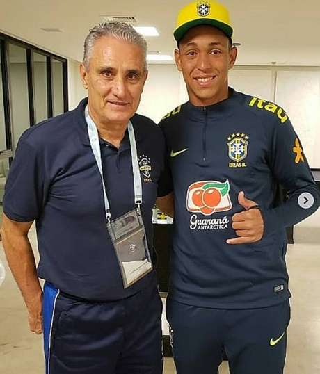 Cristian. que morreu durante incêndio no CT do Flamengo, posa ao lado do técnico Tite