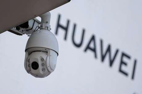 Câmera de viligância à frente de logo da Huawei 29/01/2019 REUTERS/Jason Lee/File Photo
