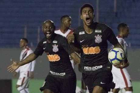 Gustagol comemora ao lado de Vagner Love a classificação do Timão (Foto: Daniel Augusto Jr. / Ag. Corinthians)