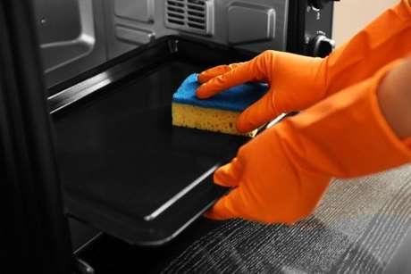 Use uma esponja macia para não arranhar seu forno elétrico