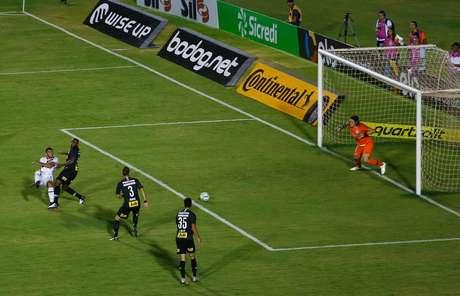 O jogador Edson Cariús do Ferroviário comemora o 2 gol na partida entre Ferroviário CE e Corinthians SP, válida pela Copa do Brasil 2019, no Estádio do Café em Londrina (PR), nesta quinta-feira (07)