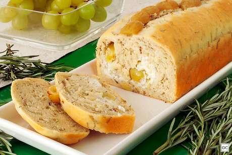 Pão de ervas e uvas frescas