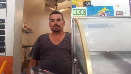 Cícero Valter, trabalha numa mercearia vizinha ao Ninho do Urubu.