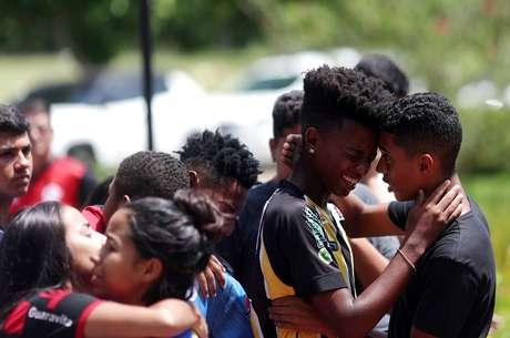 Amigos no funeral do jogador de futebol Vinícius de Barros Silva Freitas, em Volta Redonda