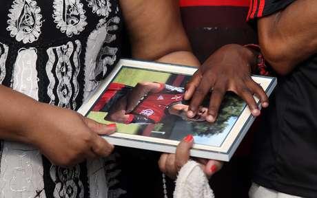 Parentes e amigos comovidos comparecem ao funeral do jovem Arthur Vinicius, de 14 anos