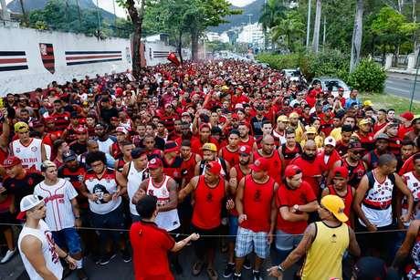Torcedores do Flamengo homenageiam vítimas de incêndio
