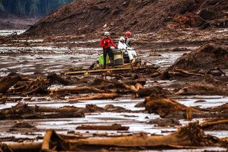 Vista da destruição provocada pela lama próximo a região onde havia a pousada Nova Estância em Brumadinho, MG. Equipe de resgate se movimenta pela lama em uma esteira anfíbia.