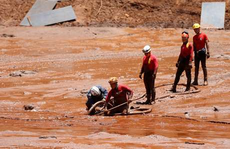 Equipes de resgate buscam vítimas de uma barragem de rejeitos em colapso de propriedade da mineradora brasileira Vale SA, em Brumadinho