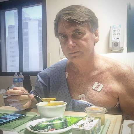 Bolsonaro se alimenta no Hospital Albert Einstein