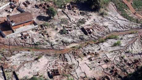Lama da barragem de Fundão percorreu mais de 600 km - Gesteira (acima), distrito rural de Barra Longa, foi soterrado pela avalanche