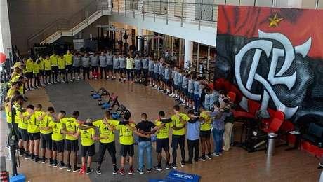 Jogadores do Flamengo fazem oração antes do treino de sábado