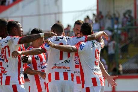 Jogadores do Bangu comemoram gol pelo Campeonato Carioca