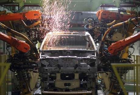 Maquinário em operação em fábrica em São Bernardo do Campo 15/06/2012 REUTERS/Paulo Whitaker