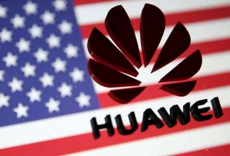 Imagem da Huawei em 3D à frente da bandeira dos Estados Unidos. 29/1/2019. REUTERS/Dado Ruvic/Illustration