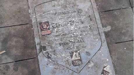 Placa do Courtois no Wanda Metropolitano voltou a ser vandalizada (Foto: Reprodução / Twitter)