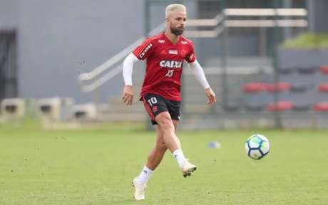 Diego foi um dos jogadores que foi visitar os sobreviventes da tragédia (Foto: Gilvan de Souza / Flamengo)