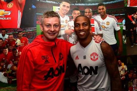 Young posa ao lado do treinador do United (Foto: Divulgação)