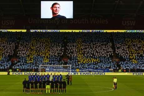 Homenagem para Sala feita pela torcida do Cardiff (Foto: AFP)
