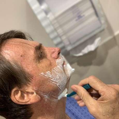 Presidente publicou uma foto fazendo a barba no hospital